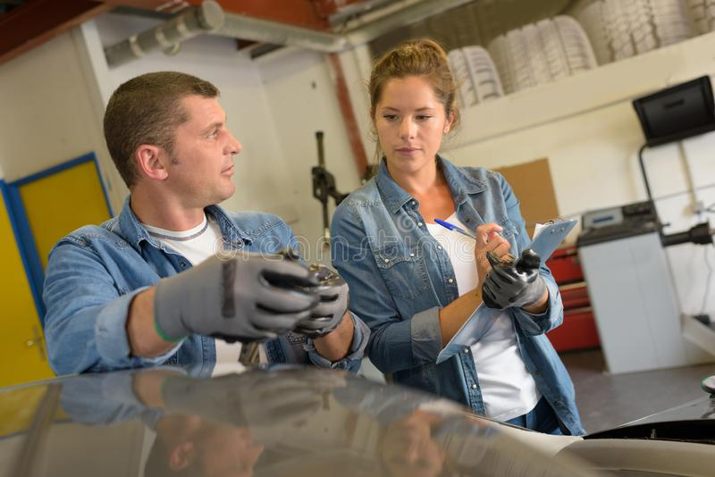 Τεχνικό προσωπικό που μιλά στο εργαστήριο στοκ φωτογραφία