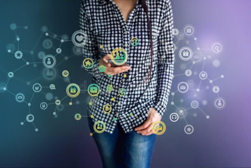 Τεχνολογία επικοινωνιών στη καθημερινή ζωή μέσω της έξυπνης τηλεφωνικής έννοιας, στοκ φωτογραφίες με δικαίωμα ελεύθερης χρήσης