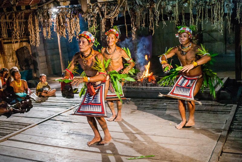 Τελετουργικός χορός χορού φυλών Mentawai ατόμων στοκ φωτογραφίες