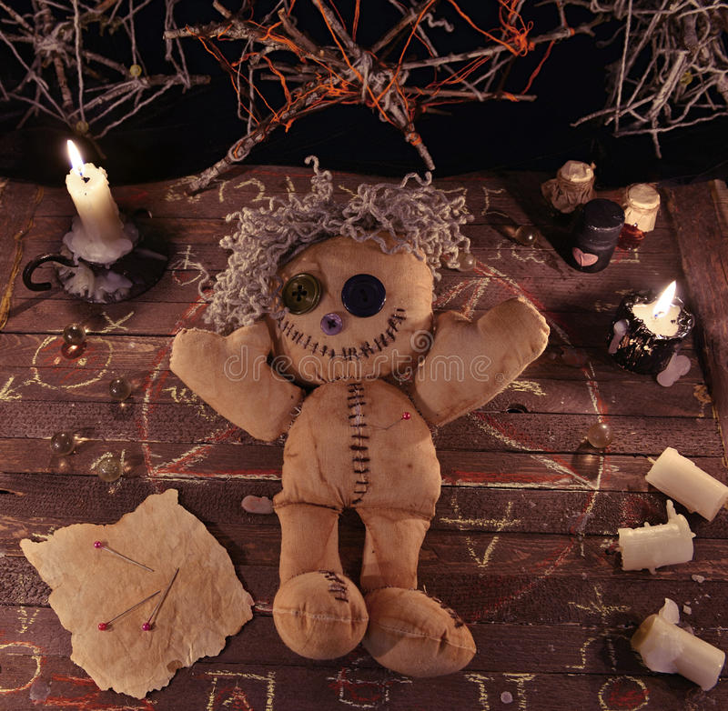 Τελετουργικό βουντού με την κούκλα και τα μαγικά αντικείμενα στοκ εικόνα με δικαίωμα ελεύθερης χρήσης
