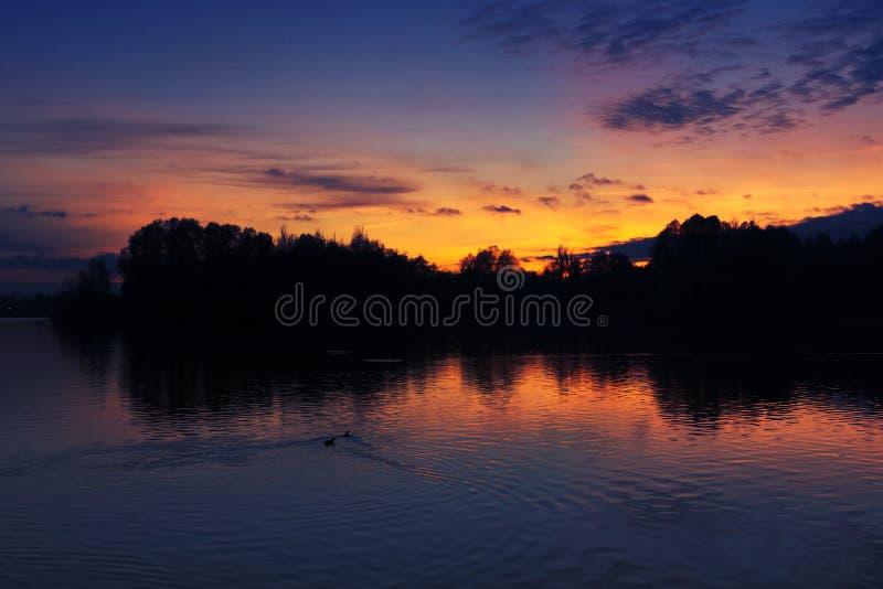 Τελευταίο φως πέρα από τη λίμνη στοκ φωτογραφία με δικαίωμα ελεύθερης χρήσης