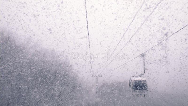 Τελεφερίκ στις χιονοπτώσεις στοκ εικόνα