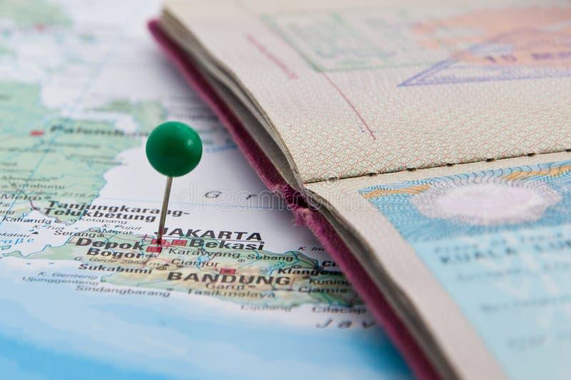 Τζακάρτα, Ιάβα, Ινδονησία, GreenPin και διαβατήριο, κινηματογράφηση σε πρώτο πλάνο του χάρτη στοκ εικόνα με δικαίωμα ελεύθερης χρήσης