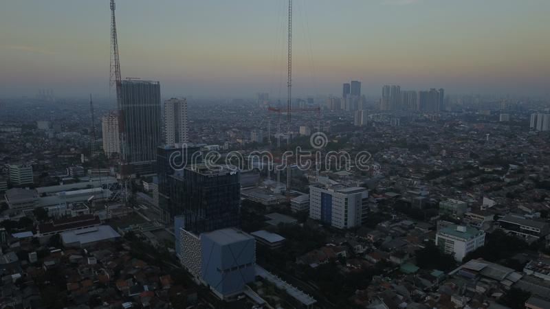 ΤΖΑΚΆΡΤΑ - Ινδονησία 09 Ιουλίου 2018: Εναέρια άποψη της ατμοσφαιρικής ρύπανσης που καλύπτει την πόλη της Τζακάρτα την ώρα της δύσ στοκ εικόνα με δικαίωμα ελεύθερης χρήσης