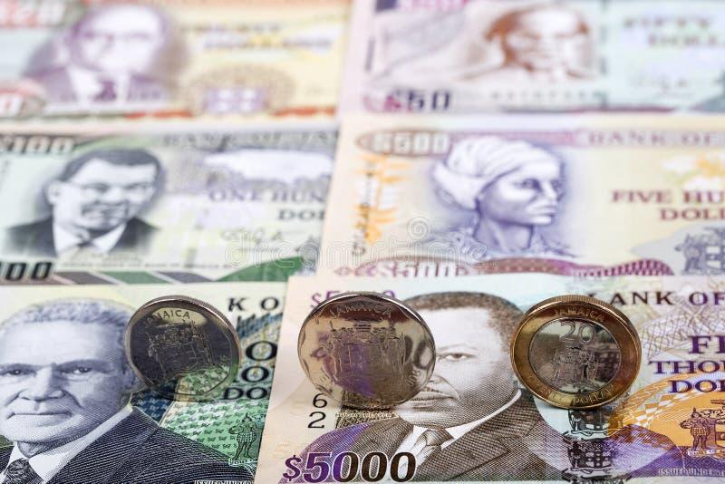 Τζαμαϊκανά νομίσματα στο υπόβαθρο των τραπεζογραμματίων στοκ φωτογραφία με δικαίωμα ελεύθερης χρήσης