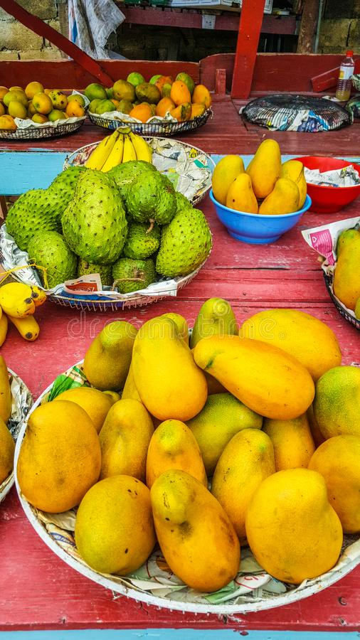 Τζαμαϊκανά φρούτα στην αγορά: μάγκο και soursop στοκ φωτογραφίες