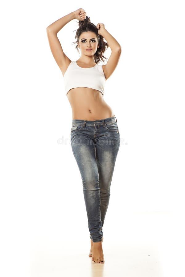 τζιν κοριτσιών όμορφα στοκ φωτογραφία με δικαίωμα ελεύθερης χρήσης
