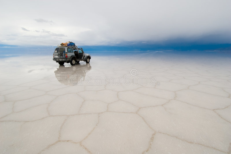 Τζιπ στην αλατισμένη λίμνη salar de uyuni, Βολιβία στοκ εικόνα
