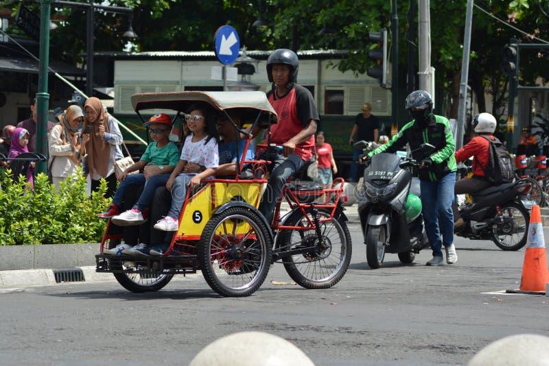 Τζοτζακάρτα, Ινδονησία march23, 2019: ξεχαρβαλωμένη δίτροχος χειράμαξα που ερευνά κάθε γωνία του δρόμου σε Malioboro Yogyakarta στοκ εικόνα