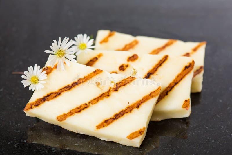 Τηγάνισμα τυριών Halloumi στο τηγάνι σχαρών στοκ φωτογραφία
