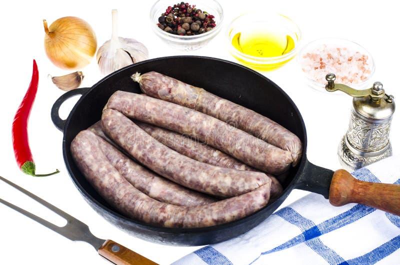 Τηγάνι με το ακατέργαστο σπιτικό λουκάνικο χοιρινού κρέατος στοκ φωτογραφία με δικαίωμα ελεύθερης χρήσης