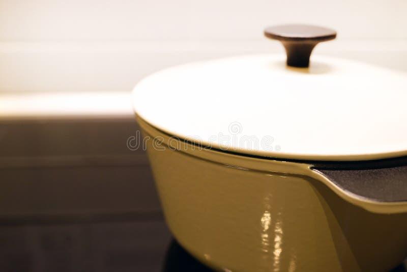 Τηγάνι στη σύγχρονη μαύρη κουζίνα επαγωγής, hob, hob ή ενσωματωμένο hob με την κεραμική κορυφή στο άσπρο εσωτερικό κουζινών στοκ φωτογραφία με δικαίωμα ελεύθερης χρήσης