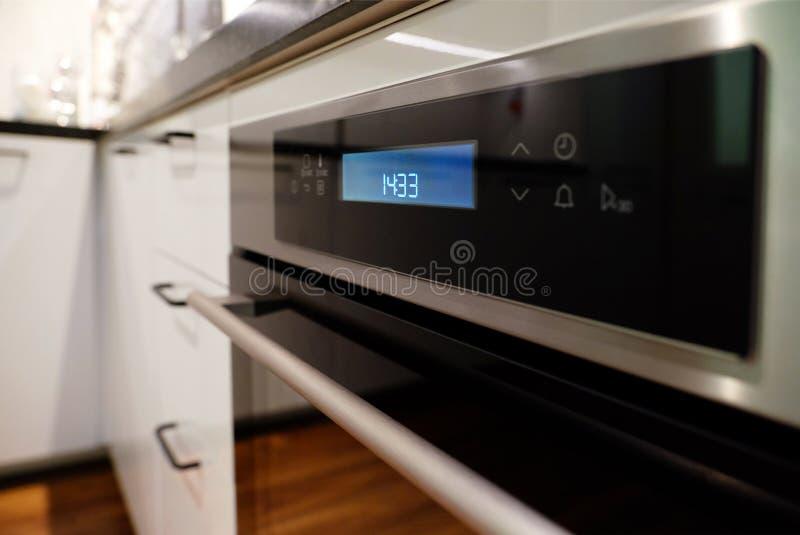 Τηγάνι στη σύγχρονη μαύρη κουζίνα επαγωγής, hob, hob ή ενσωματωμένο hob με την κεραμική κορυφή στο άσπρο εσωτερικό κουζινών στοκ φωτογραφίες με δικαίωμα ελεύθερης χρήσης