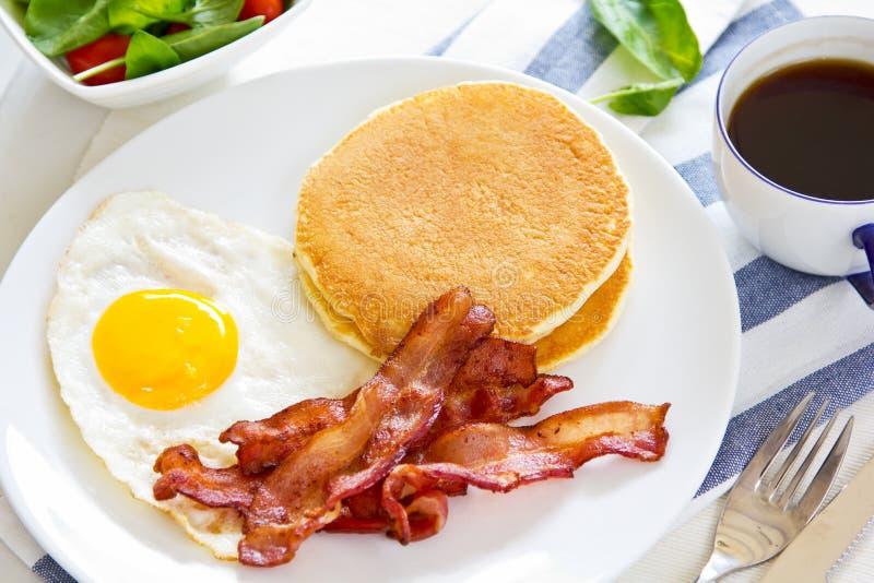 Τηγανίτα με το μπέϊκον και το τηγανισμένο αυγό στοκ εικόνες με δικαίωμα ελεύθερης χρήσης