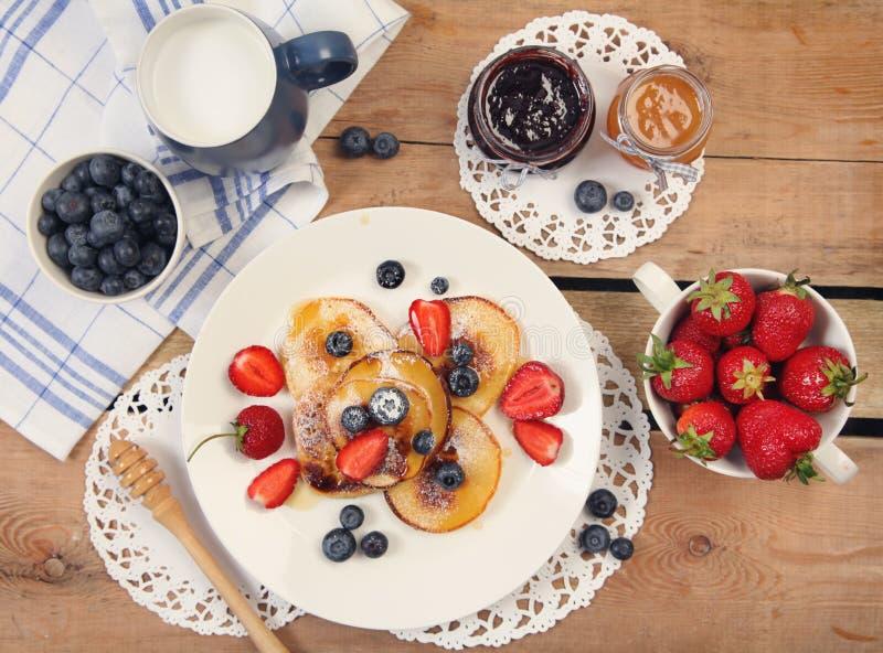 Τηγανίτες και μέλι στοκ φωτογραφίες με δικαίωμα ελεύθερης χρήσης