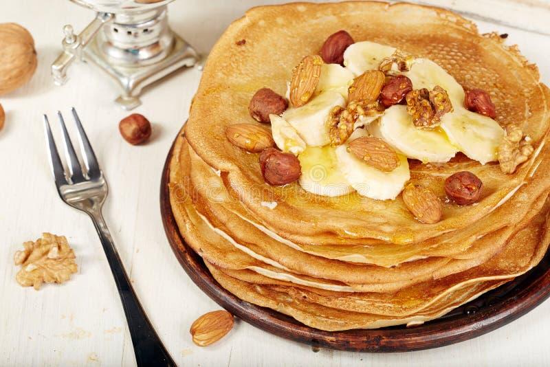 Τηγανίτες με την μπανάνα, τα καρύδια και το μέλι Επιδόρπιο στοκ φωτογραφία με δικαίωμα ελεύθερης χρήσης