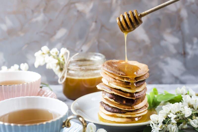 Τηγανίτες με το μέλι και το τσάι για το πρόγευμα στοκ εικόνα με δικαίωμα ελεύθερης χρήσης