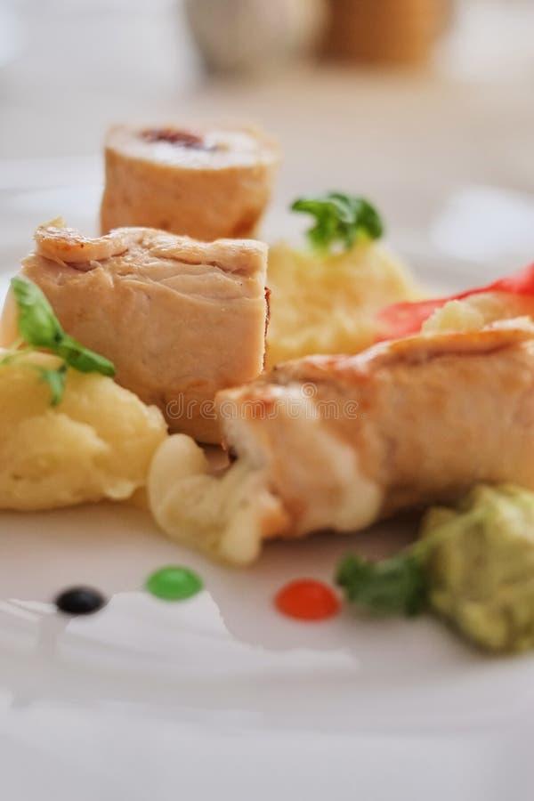 Τηγανίτες με το τεμαχισμένα ζαμπόν και το τυρί, που διακοσμούνται με τη σαλάτα σε ένα ελαφρύ υπόβαθρο ρωσικός παραδοσιακός κ&omic στοκ φωτογραφίες
