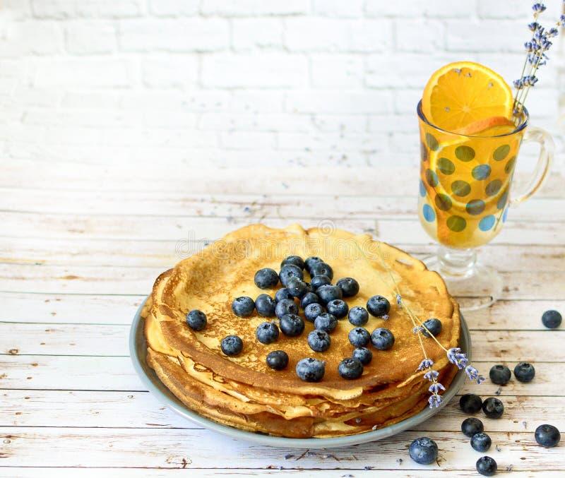 Τηγανίτες με το φύλλο βακκινίων στη τοπ και πορτοκαλιά λεμονάδα εσπεριδοειδών με lavender τα ραβδιά Λεπτύντε τις τηγανίτες βλασφη στοκ εικόνες με δικαίωμα ελεύθερης χρήσης