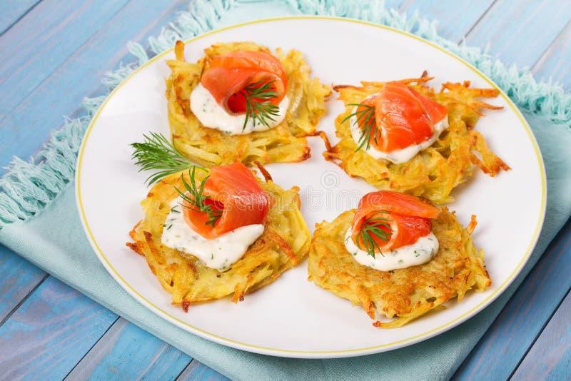 Τηγανίτες πατατών με το σολομό Φυτικά fritters με τα ψάρια Latkes σε ένα πιάτο στοκ εικόνες με δικαίωμα ελεύθερης χρήσης