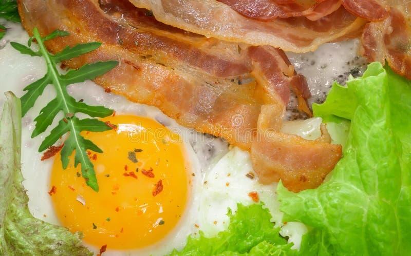 Τηγανητά αυγά για πρωινό κοντινό πλάνο με μπέικον στοκ φωτογραφία με δικαίωμα ελεύθερης χρήσης