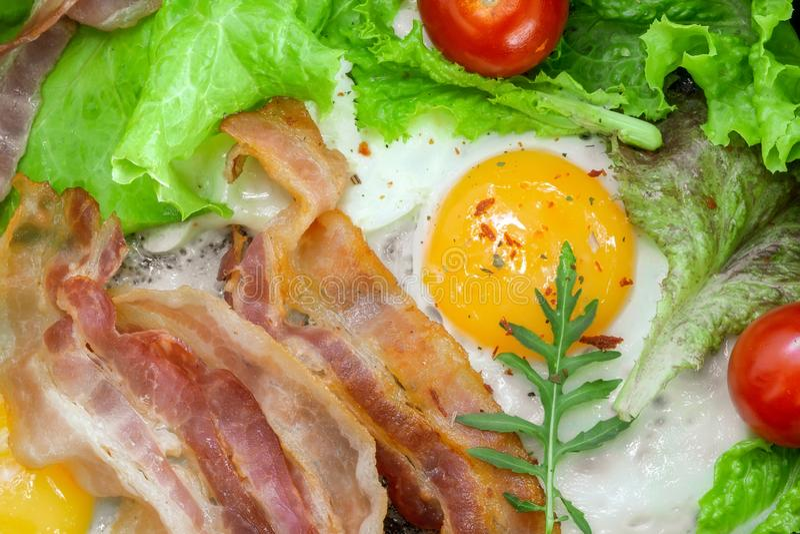 Τηγανισμένα αυγά για την κινηματογράφηση σε πρώτο πλάνο προγευμάτων με το μπέϊκον στοκ εικόνες