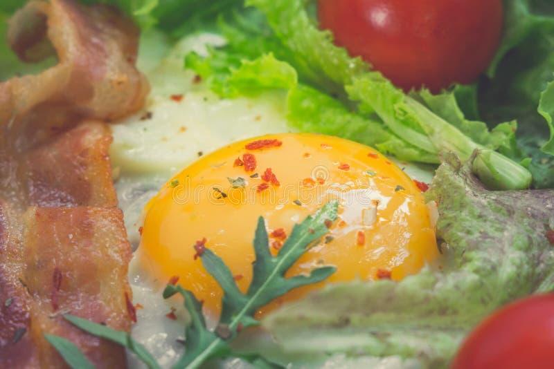 Τηγανισμένα αυγά για την κινηματογράφηση σε πρώτο πλάνο προγευμάτων με το μπέϊκον στοκ φωτογραφίες με δικαίωμα ελεύθερης χρήσης