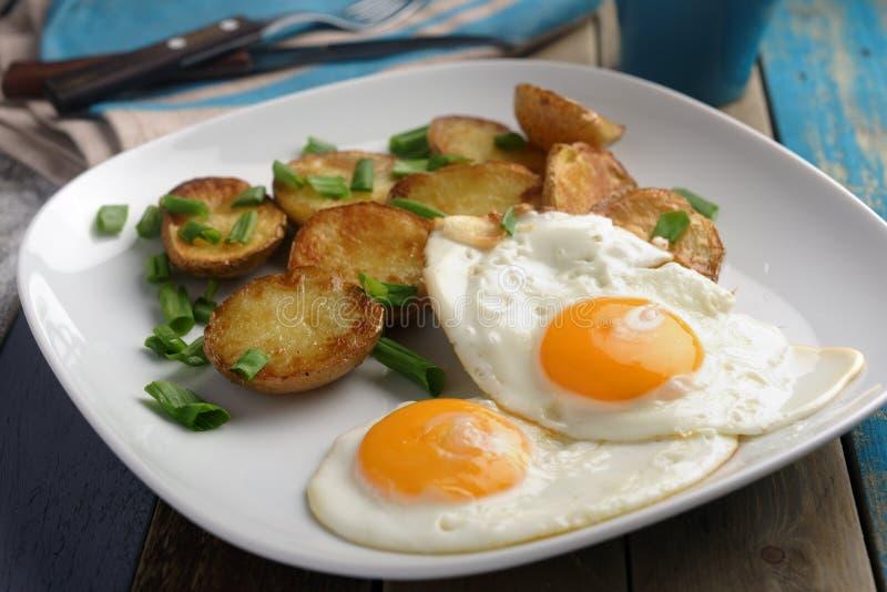 Τηγανισμένα αυγά με την πατάτα στοκ φωτογραφία