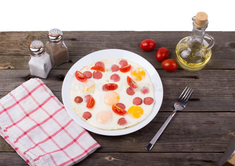 Τηγανισμένα αυγά με τις φέτες λουκάνικων στοκ εικόνα με δικαίωμα ελεύθερης χρήσης