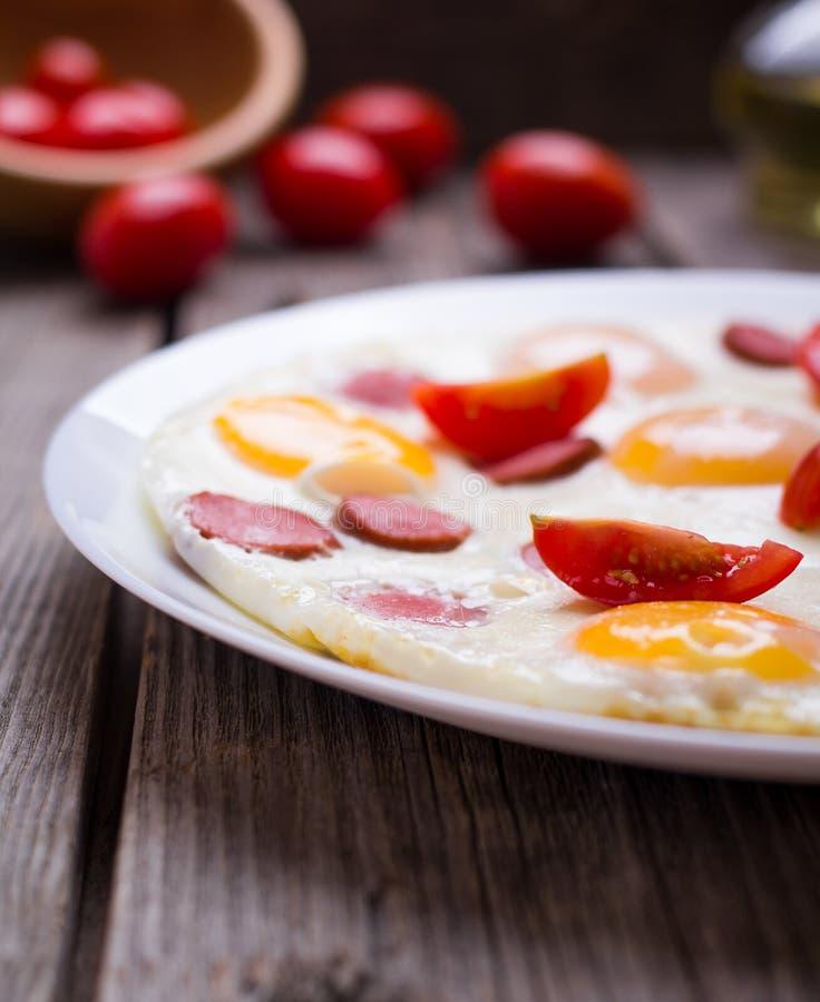 Τηγανισμένα αυγά με τις φέτες λουκάνικων στοκ φωτογραφία με δικαίωμα ελεύθερης χρήσης