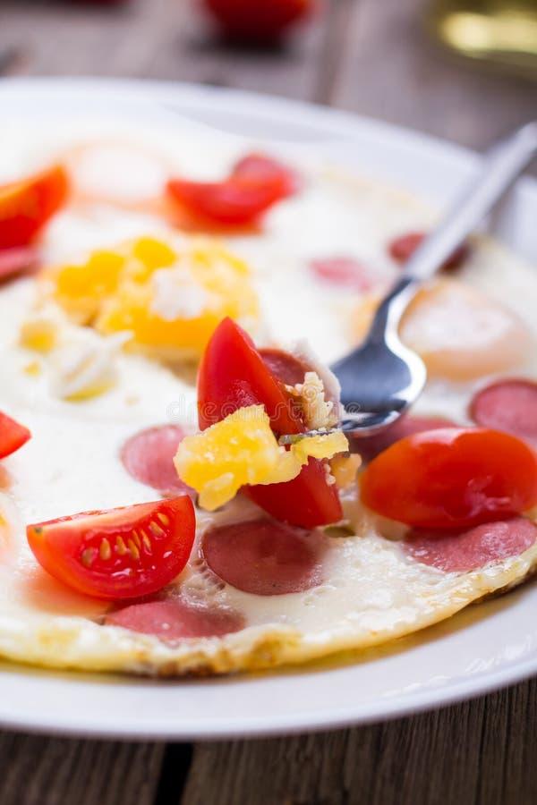 Τηγανισμένα αυγά με τις φέτες λουκάνικων στοκ εικόνες με δικαίωμα ελεύθερης χρήσης