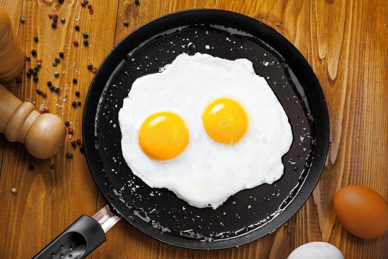 Τηγανισμένα αυγά σε ένα τηγάνι στοκ φωτογραφία με δικαίωμα ελεύθερης χρήσης