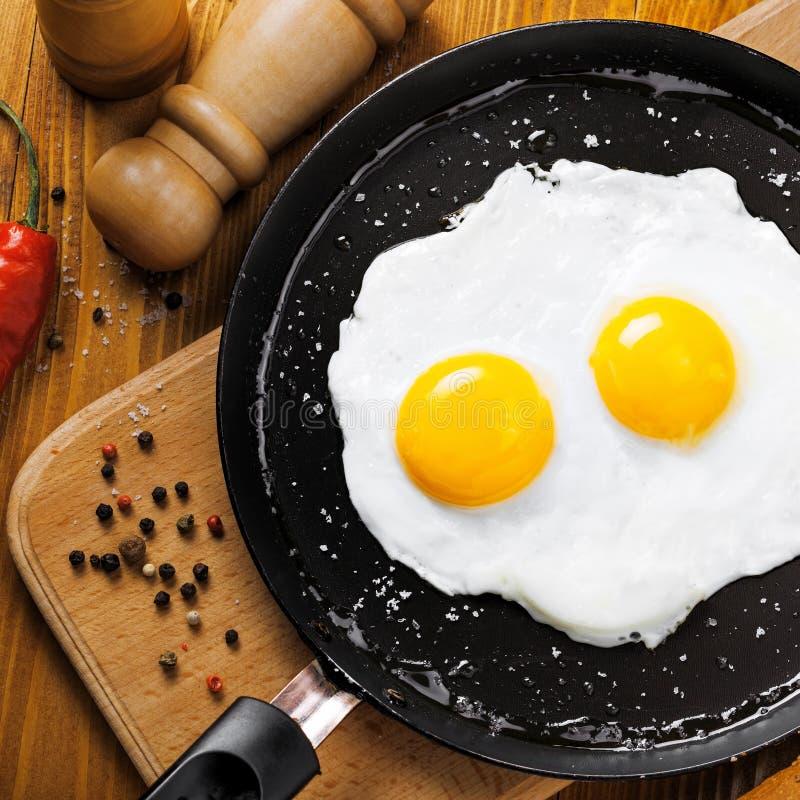 Τηγανισμένα αυγά σε ένα τηγάνι στοκ εικόνα με δικαίωμα ελεύθερης χρήσης