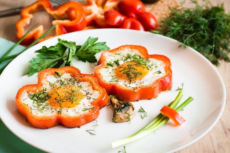 Τηγανισμένα αυγά στο πιπέρι και χορτάρια στο πιάτο στοκ φωτογραφία με δικαίωμα ελεύθερης χρήσης