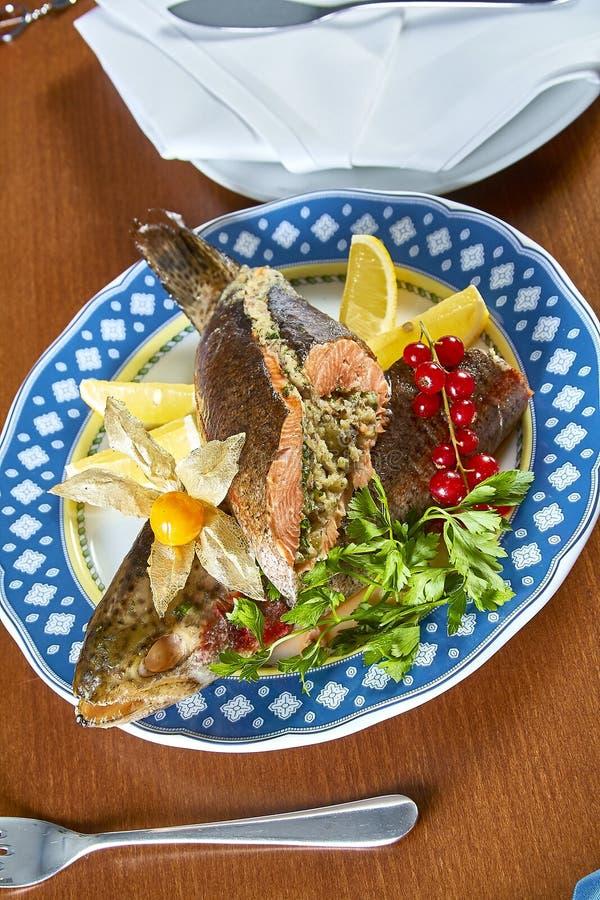 Τηγανισμένα γεμισμένα ψάρια σε εορταστικές επιλογές πιατελών στοκ φωτογραφίες