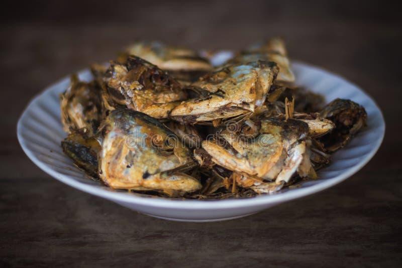 Τηγανισμένα κεφάλια ψαριών για ένα απλό γεύμα των αγροτικών ανθρώπων στοκ φωτογραφία με δικαίωμα ελεύθερης χρήσης