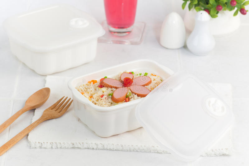 τηγανισμένα κιβώτιο λουκάνικα Ταϊλανδός ρυζιού μεσημεριανού γεύματος στοκ φωτογραφίες με δικαίωμα ελεύθερης χρήσης