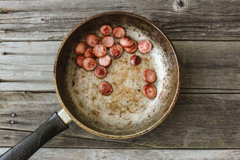Τηγανισμένα λουκάνικα σε ένα τηγανίζοντας τηγάνι στοκ εικόνα με δικαίωμα ελεύθερης χρήσης