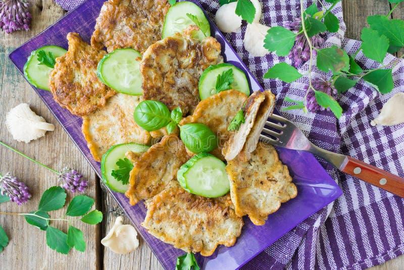 Τηγανισμένα μανιτάρια στρειδιών στο κτύπημα Πρόχειρο φαγητό μανιταριών στοκ εικόνα