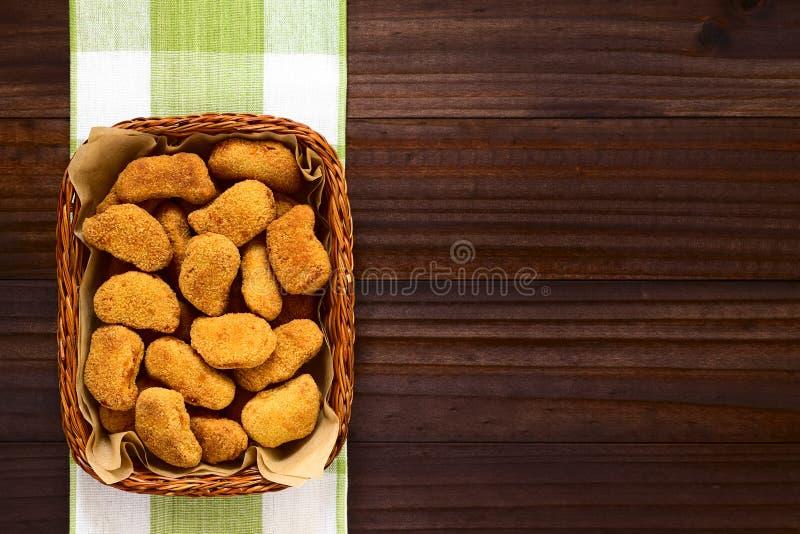 Τηγανισμένα πασπαλισμένα με ψίχουλα τριζάτα ψήγματα κοτόπουλου στοκ εικόνες