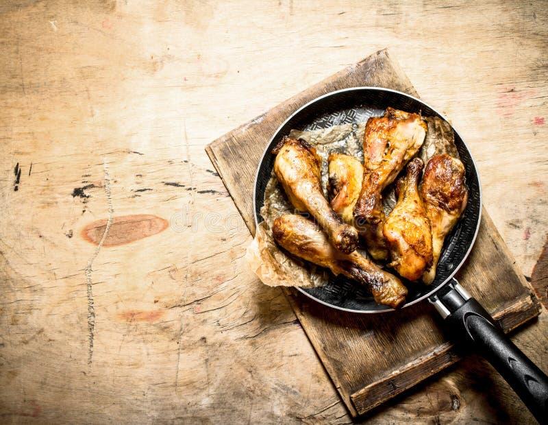 Τηγανισμένα πόδια κοτόπουλου στο τηγάνισμα του τηγανιού στοκ εικόνα με δικαίωμα ελεύθερης χρήσης