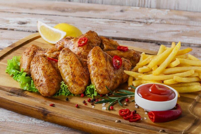 Τηγανισμένα φτερά κοτόπουλου με την κόκκινη σάλτσα στοκ φωτογραφίες με δικαίωμα ελεύθερης χρήσης