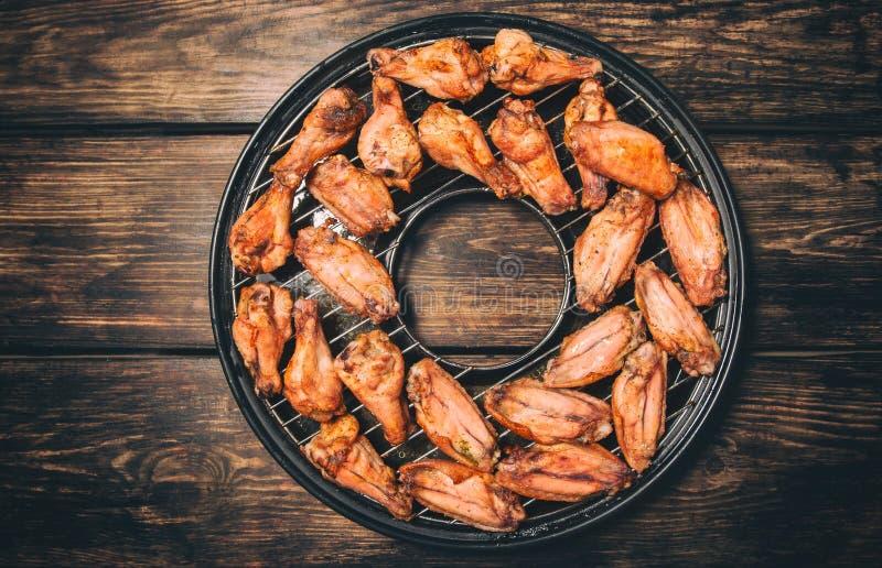 Τηγανισμένα φτερά κοτόπουλου σε μια σχάρα στοκ εικόνες με δικαίωμα ελεύθερης χρήσης