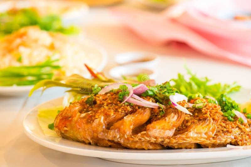 Τηγανισμένα ψάρια με τη σάλτσα τσίλι στοκ φωτογραφία με δικαίωμα ελεύθερης χρήσης