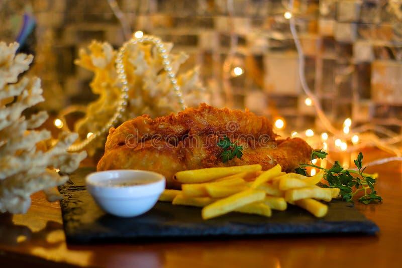 Τηγανισμένα ψάρια με τις τηγανιτές πατάτες & τη σάλτσα εμβύθισης στοκ φωτογραφίες με δικαίωμα ελεύθερης χρήσης