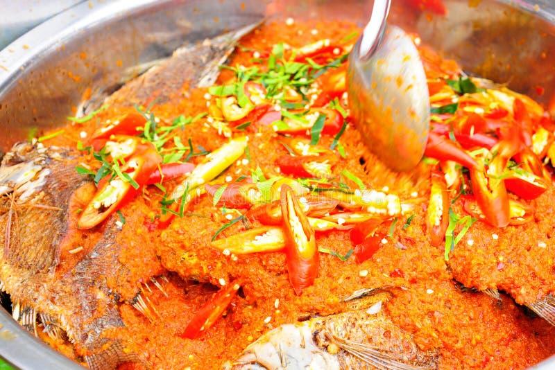 Τηγανισμένα ψάρια που ολοκληρώνονται με τη σάλτσα τσίλι στοκ φωτογραφίες με δικαίωμα ελεύθερης χρήσης