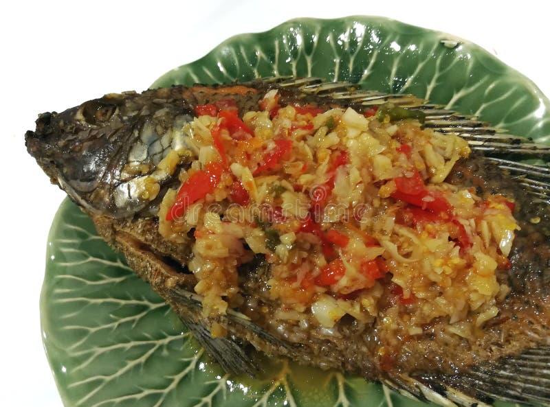 Τηγανισμένα ψάρια στη σάλτσα τσίλι στοκ φωτογραφίες