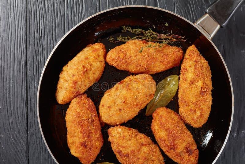 Τηγανισμένα croquettes κρέατος σε ένα skillet στοκ φωτογραφίες