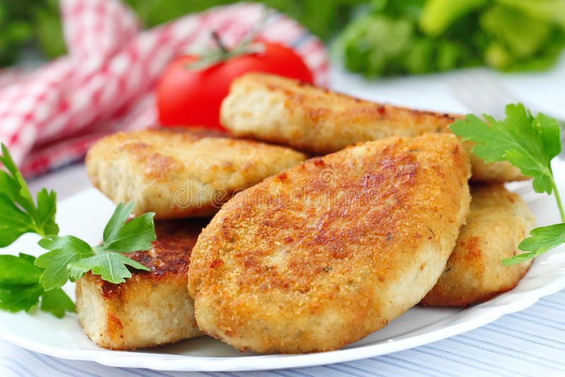 Τηγανισμένα cutlets με τα φρέσκα λαχανικά στοκ φωτογραφία με δικαίωμα ελεύθερης χρήσης