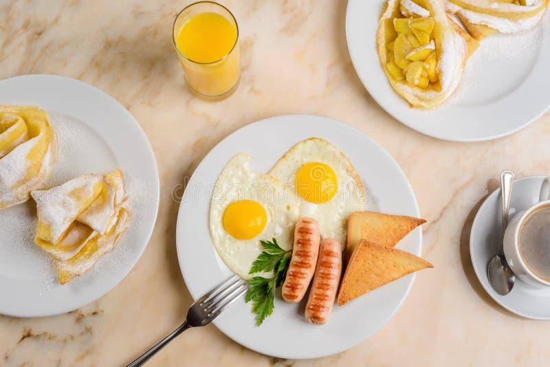 Τηγανισμένες αυγά και φρυγανιές στοκ εικόνα